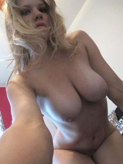 jeune blonde à forte poitrine au tél rose